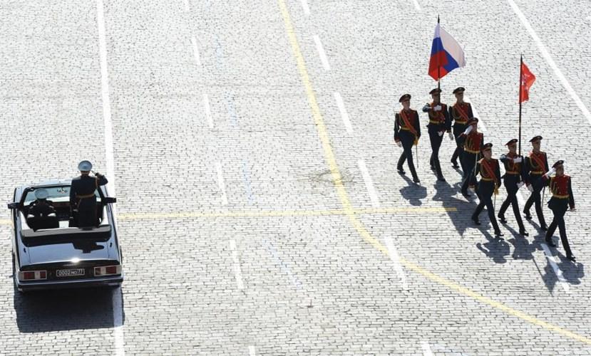 Đội hình rước cờ danh dự đi ngang qua xe chở Bộ trường Quốc phòng Liên bang Nga Sergei Shoigu (Nguồn: Reuters)
