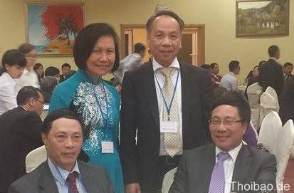 Đại diện LHNV toàn LB Đức chụp ảnh kỷ niệm với Bộ trưởng Ngoại giao Phạm Bình Minh và các đại biểu.
