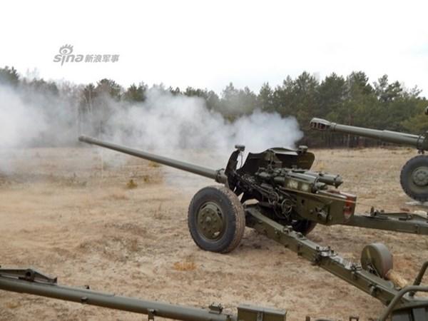 Pháo chống tăng nòng trơn T-12 100mm khai hỏa sau khi hoàn tất việc sửa chữa hồi phục. Theo một số tài liệu,Quân đội Ukraine hiện còn trong trang bị khoảng 500 khẩu T-12 nhưng nằm nhiều ở các kho bảo quản.