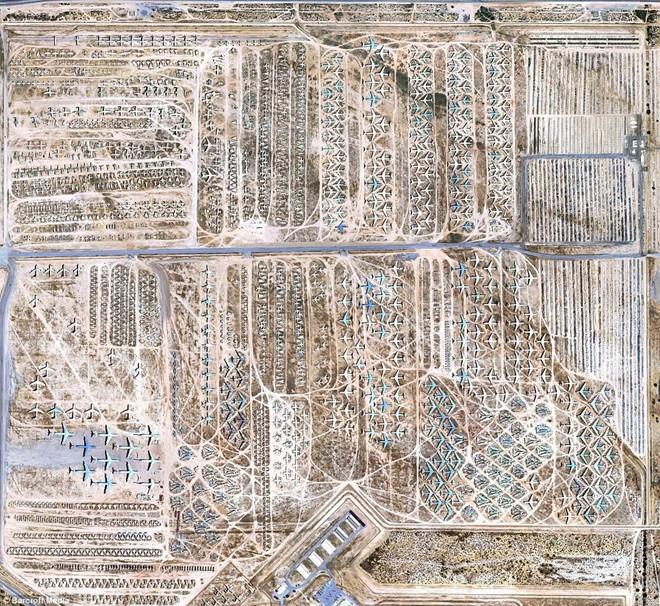 """Nhiều máy bay chiến đấu từng đóng vai trò quan trọng trong Không quân Mỹ nằm phơi xác ở nghĩa địa phi cơ quân sự tại Tuscon, Arizona. Địa hình khô cằn giúp bảo vệ những """"con chim sắt"""" khỏi sự tàn phá của thiên nhiên. Chúng sẽ bị tháo dỡ để lấy phụ tùng và phế liệu. Một vài chiếc được sửa chữa và hoạt động trở lại."""