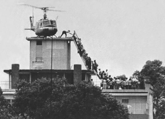 Hình ảnh trực thăng Mỹ di tản khỏi Sài Gòn ngày 29/4/1975 được sử dụng trong bài viết của Miller.