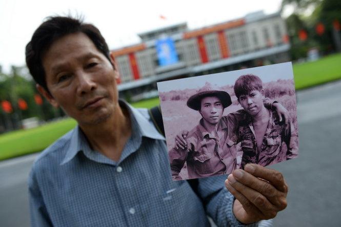 Ông Chu Chí Thành - nguyên chủ tịch Hội Nhiếp ảnh Việt Nam, nguyên phóng viên ảnh TTXVN, tác giả của bức ảnh Hai người lính - trước hội trường Thống Nhất, TP.HCM chiều 26-4 - Ảnh: Thuận Thắng
