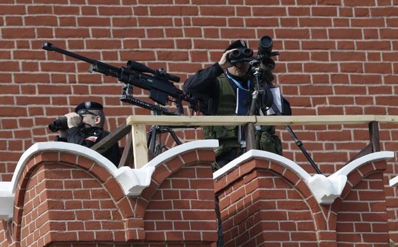 Các xạ thủ giám sát an ninh cho buổi lễ diễu hành (Nguồn: Reuters)