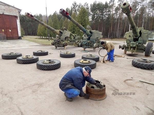 Ở một góc khác, các công nhân đang miệt mài sửa chữa bánh pháo cho khẩu lựu pháo D-20 152mm.
