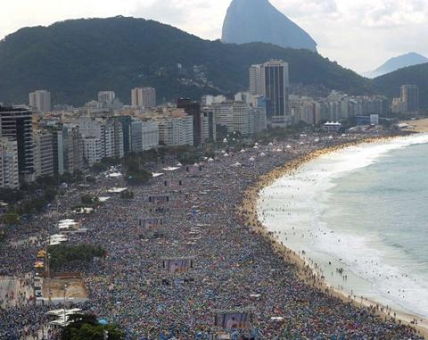 3 triệu người đã đến bãi biển Copacabana, Rio de Janeiro (Brazil) để đón Giáo hoàng đến thăm nơi này vào năm 2013. Rio de Janeiro cũng được cho là nơi có những bãi biển đông đúc nhất thế giới