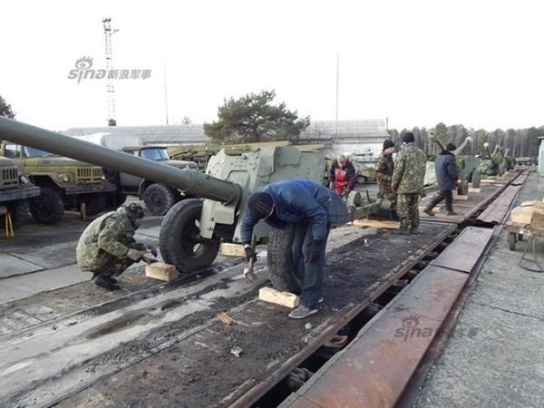 Sau khi đã hoàn tất, các pháo được sửa chữa sẽ được đưa lên tàu hỏa…