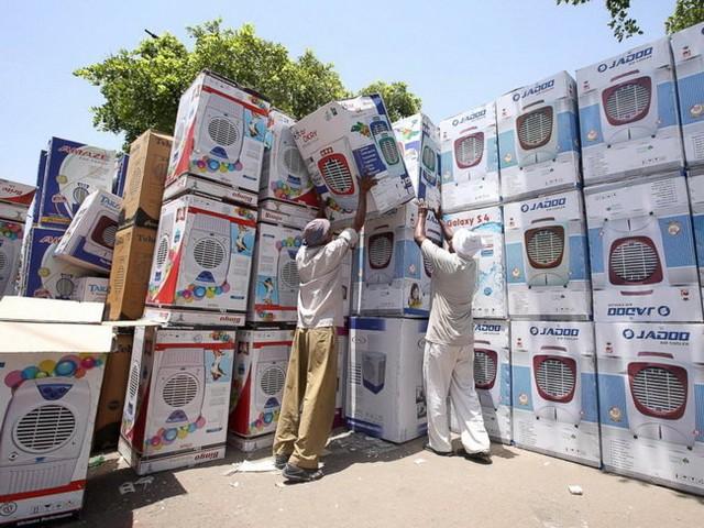 Do nắng nóng, hàng điện máy ở Ấn Độ bán đắt như tôm tươi - Ảnh: EPA