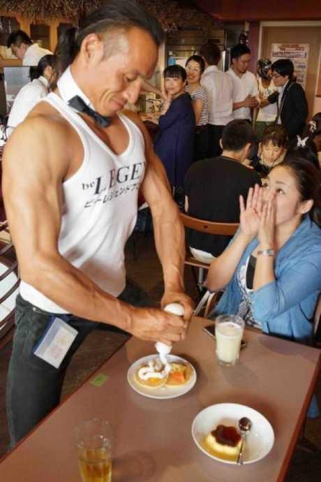 Một nữ khách hàng không thể ngừng trầm trồ trước nam nhân viên của Macho.