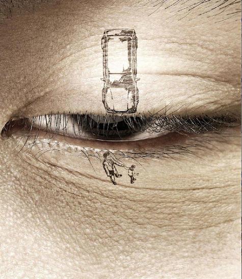 Bức ảnh của tổ chức Phát triển sức khỏe của Thái Lan truyền tải thông điệp rằng trong chớp mắt tai nạn cũng có thể xảy ra, đừng lái xe khi bạn buồn ngủ.