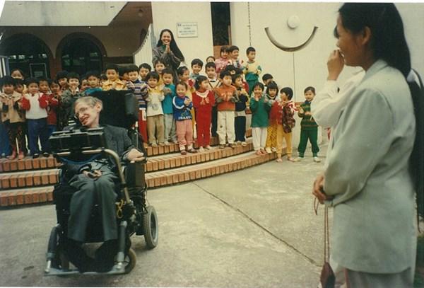 Stephen Hawking biểu diễn điều khiển chiếc xe lăn chỉ với một nút bấm khiến các bạn nhỏ trong làng SOS reo hò vì thích thú