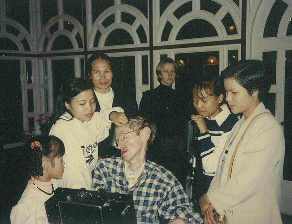 Stephen đến thăm làng trẻ em S.O.S, nơi cô con gái nuôi Thu Nhàn sinh sống và học tập năm 1997