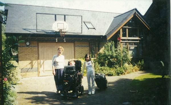 Thu Nhàn sang Anh thăm bố mẹ nuôi vào năm 2002