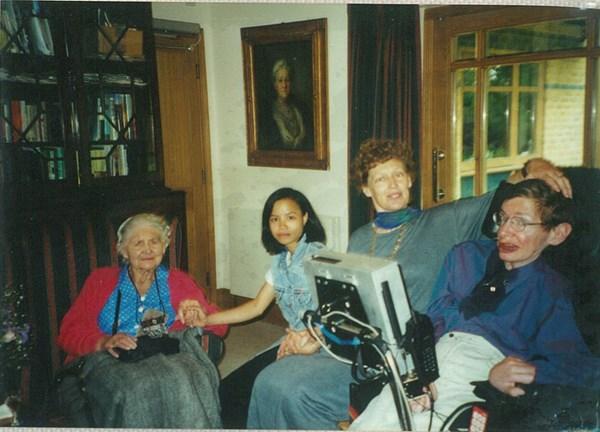 Nhàn với chiếc áo dài Ngân An được bố Stephen tặngNhàn cùng vợ chồng giáo sư và mẹ giáo sư tại Anh