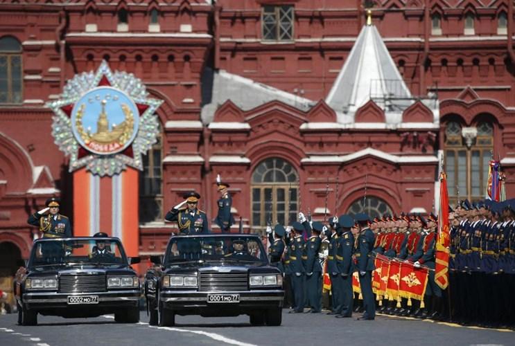 Thống soái Sergei Shoigu, Bộ trường Quốc phòng Liên bang Nga, chỉnh đốn hàng ngũ binh sĩ trước khi bắt đầu diễu binh diễu hành (Nguồn: Reuters)