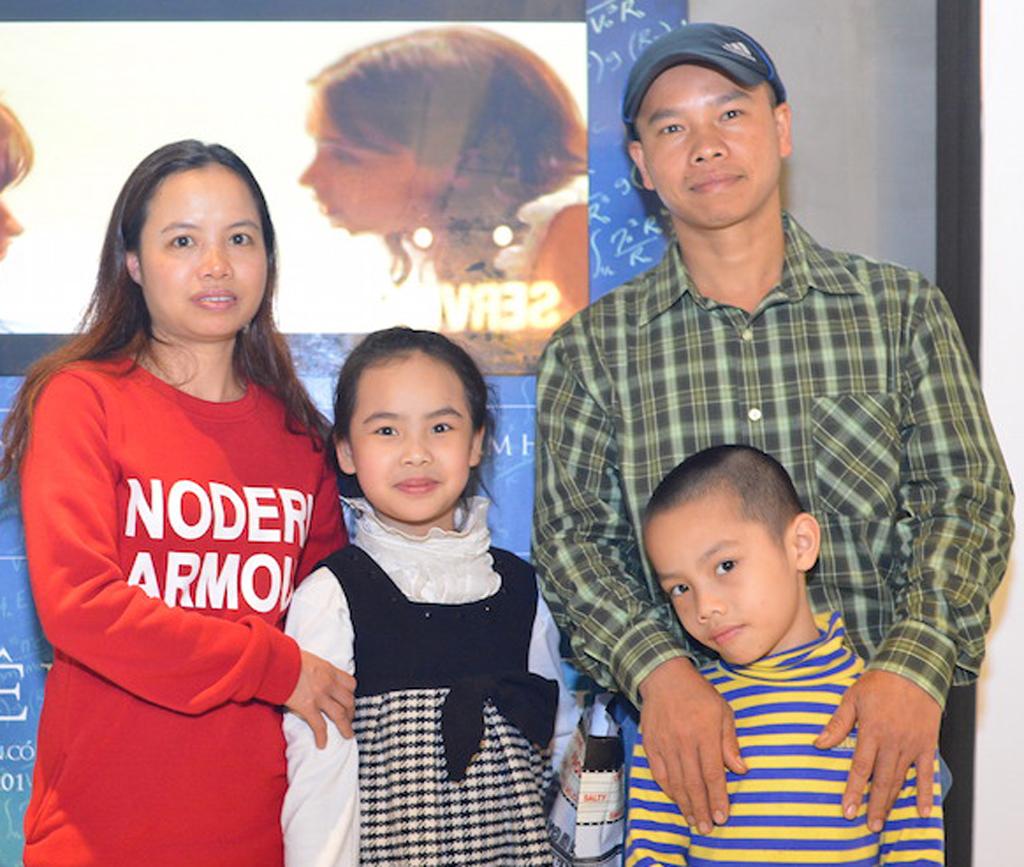 """hu Nhàn cùng với chồng và 2 người con của mình trong buổi ra mắt bộ phim """"The Theory of Everything"""" kể về cuộc đời của nhà vật lý học Stephen Hawking ở Hà Nội"""