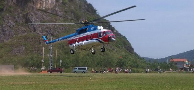 Máy bay trực thăng mang các thiết bị vào hang - Ảnh: L.N.