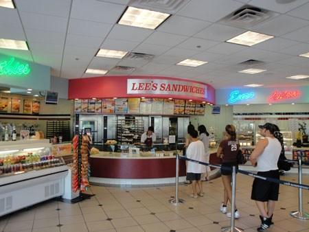 Chuỗi cửa hàng bánh mì Lee's sandwich của Chieu Le.