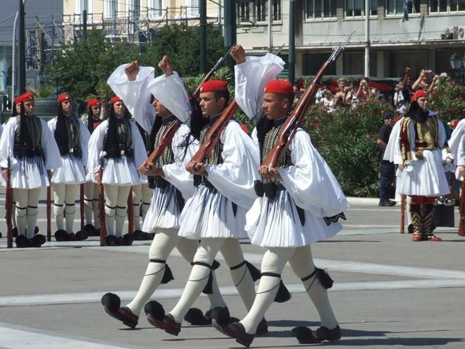 Vệ binh Evzones, Hy Lạp là một lực lượng nghi lễ bao gồm các tình nguyện viên từ bộ binh, pháo binh, và các đơn vị Quân đoàn thiết giáp của quân đội Hy Lạp. Họ thường canh gác tại những nơi tôn kính thiêng liêng của quốc gia như Mộ Người lính vô danh ở thủ đô Athens. Để có thể tham gia đợn vị Evzones, các binh sĩ phải có chiều cao 1,86 mét và đã phục vụ tối thiểu 6 tháng trong quân đội.