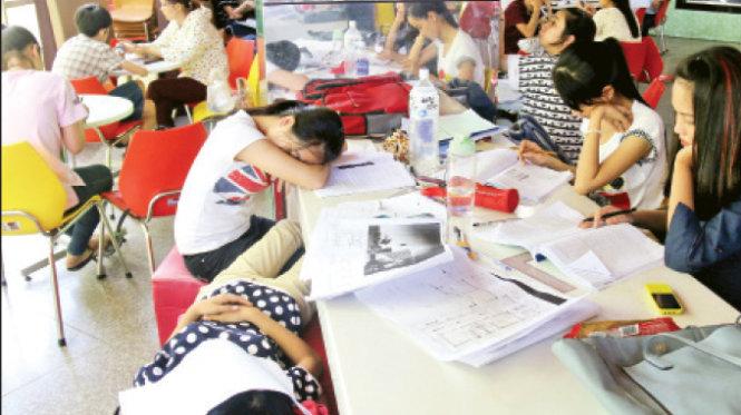Tầng hai của siêu thị Co.op Mart Huế được nhiều sinh viên tìm đến học bài, ngủ trưa hưởng ké máy lạnh - Ảnh: Ngọc Hiển