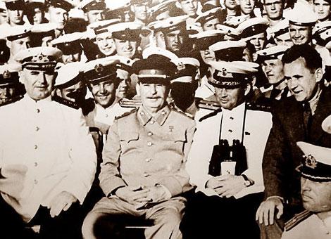 Stalin (thứ 2 từ bên trái) với các thủy thủ tàu tuần dương Molotov trong chuyến thăm Crimea, tháng 8/1947.