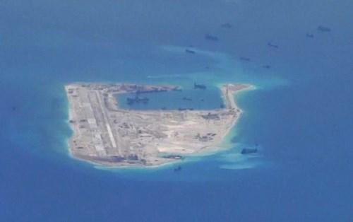 Tàu nạo vét Trung Quốc tấp nập hoạt động trái phép tại Đá Vành Khăn thuộc quần đảo  Trường Sa của Việt Nam - Ảnh: Reuters