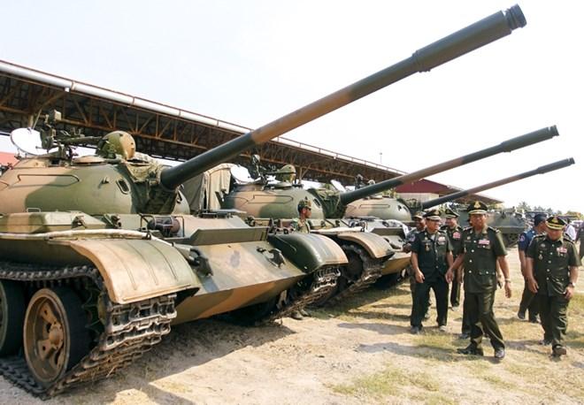 Quan chức quân đội Campuchia thị sát lực lượng xe tăng tại Học viện Quân sự ở tỉnh Kampong Speu hồi tháng Ba.