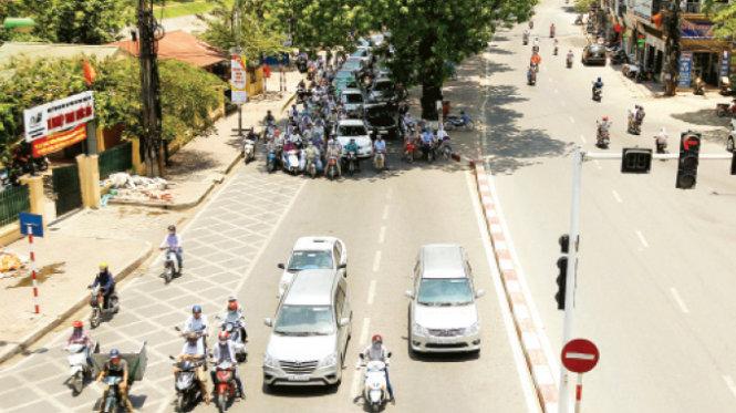 Những khu vực có bóng râm là sự lựa chọn của người dân khi dừng đèn đỏ - Ảnh: Nguyễn Khánh