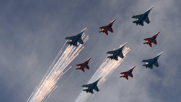 Máy bay Su-27 và Mig-29 bay qua bầu trời Quảng trường Đỏ (Nguồn: Itar Tass)