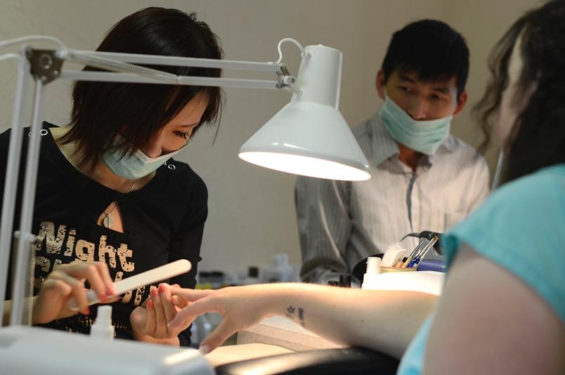 Thợ nail người Việt cần cù, chịu khó, siêng năng. Ảnh: baophunuonline.com