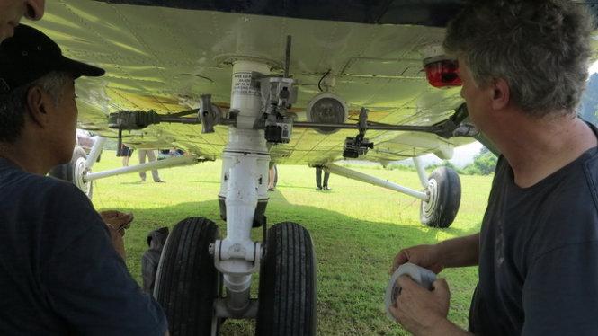 Hai chuyên gia ABC kiểm tra camera gắn trên trực thăng - Ảnh: L.N.