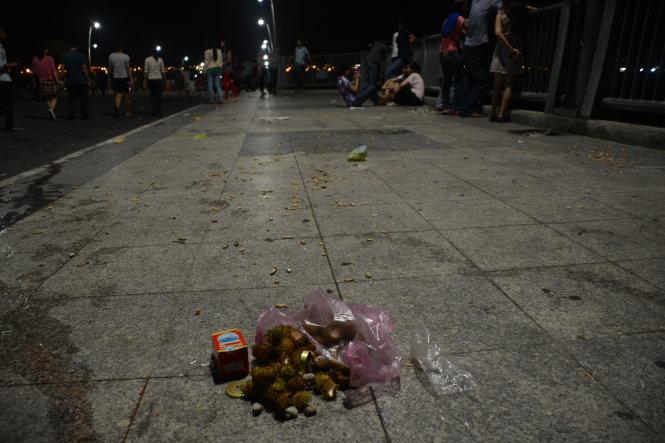 Vỏ chôm chôm được bỏ lại trên cầu Thủ Thiêm, TP.HCM - Ảnh: Quang Định