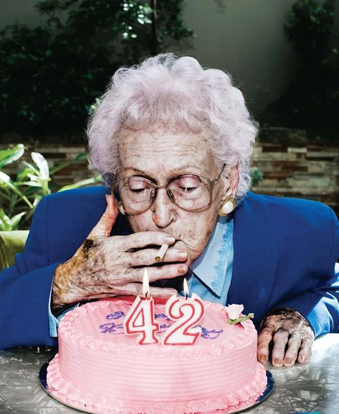 Ở tuổi 42 nhưng người phụ nữ trong ảnh lại mang ngoại hình của một cụ già. Bức ảnh tuyên truyền cho ngày Thế giới không thuốc lá 31/5 với thông điệp: Hút thuốc khiến bạn lão hóa sớm.