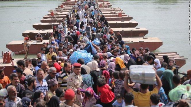 Hàng chục nghìn người Iraq dắt díu nhau trốn khỏi Ramadi vì bị IS tấn công - Ảnh: Reuters