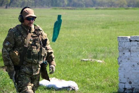 """Huấn luyện viên với biệt danh  """"Armen"""" đang huấn luyện các tân binh"""