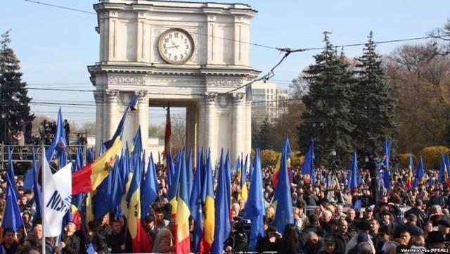40.000 người biểu tình tại khu vực hành chính ở thủ đô Chisinau, yêu cầu làm rõ sự việc.