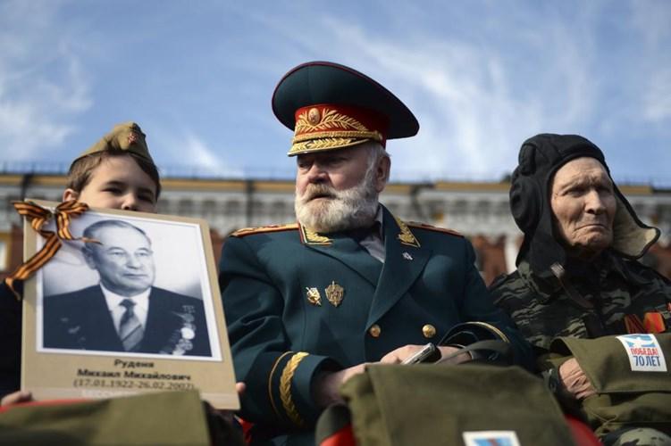 Một cựu chiến binh chờ đợi buổi lễ bắt đầu (Nguồn: Reuters)