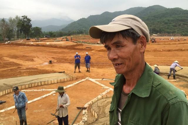 Ông Hưởng là một trong những người đang làm việc trong một dự án xây dựng sân golf tại Bà Nà.