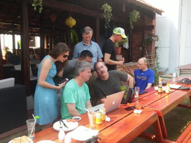 Maria (bìa trái) - tác giả chương trình - trao đổi với các cộng sự - Ảnh: L.N.