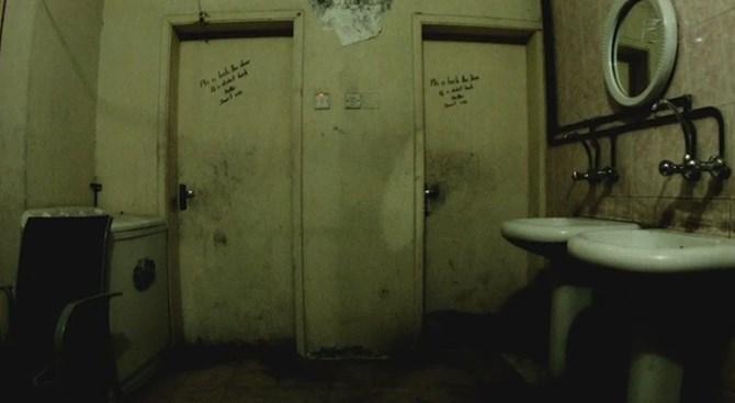 Một phòng tắm tại một trại di cư bên ngoài Doha. Ảnh: ESPN.