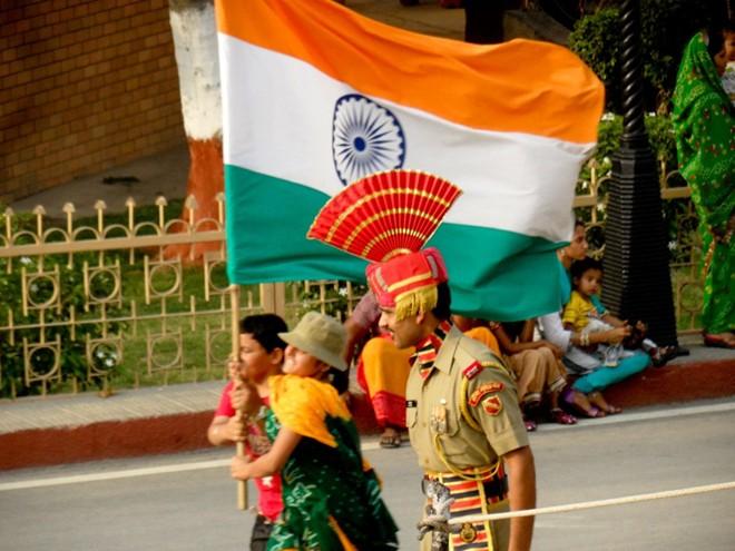 Lực lượng lính biên phòng của Ấn Độ ra đời từ năm 1965. Nhiệm vụ của họ là canh gác biên giới và ngăn chăn sự xâm nhập của Pakistan vào lãnh thổ. Hiện nay, lực lượng lính biên phòng Ấn Độ đã phát triển tới hơn 186 tiểu đoàn. Quân phục của họ khá kỳ lạ với mũ có mào. Mỗi hình dáng và màu sắc của mũ biểu trưng cho một đơn vị trong lực lượng biên phòng.