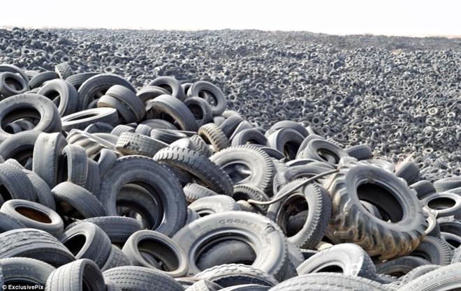 Nghĩa địa lốp xe lớn nhất thế giới ở Kuwait. Người ta ước tính khoảng 7 triệu lốp đã qua sử dụng nằm ngổn ngang ở đây. Kích thước khổng lồ khiến khu vực này được nhìn thấy từ bên ngoài vũ trụ. Nỗ lực xử lý hoặc tái chế chúng không đuổi kịp tốc độ rác được đưa tới.