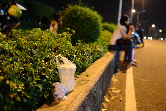 Rác được các bạn sinh viên bỏ lại ngay tại nơi mình ngồi để uống nước trò chuyện buổi tối (ảnh chụp tối 20-11) - Ảnh: Quang Định