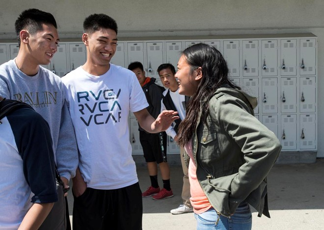 Shawla Le, 17 tuổi, (phải) trò chuyện với Kyle Vũ (trái) và Kevin Nguyen trong giờ nghỉ trưa.