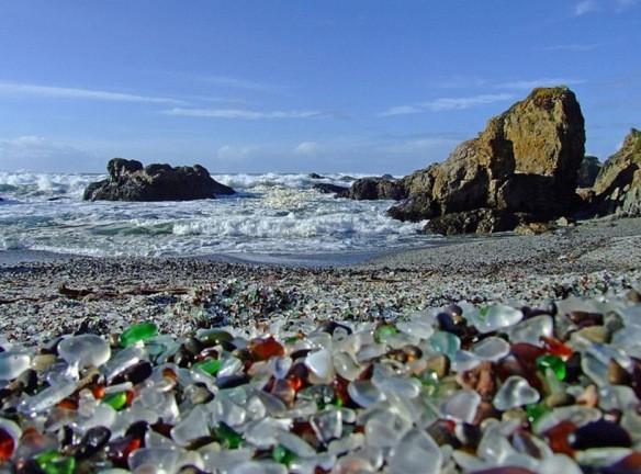 Bãi thủy tinh ở Bragg, California, Mỹ được công nhận là lớn nhất thế giới. Trong quá khứ, người ta ném cốc hoặc chai thủy tinh vỡ ra đây cùng rác thải và dùng lửa để đốt chúng. Năm 1967, giới chức Mỹ đóng cửa khu vực và phát động chiến dịch dọn dẹp bãi rác để trả lại môi trường. Những gì còn lại là mảnh thủy tinh nhiều màu sắc bị sóng biển mài nhẵn.