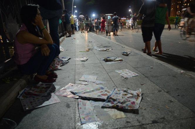 Tràn ngập rác được bỏ lại trên cầu Thủ Thiêm, TP.HCM sau khi bắn pháo hoa - Ảnh: Quang Định