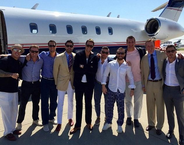 Ngôi sao bóng bầu dục, Tom Brady (áo đen, đứng giữa) và các đồng đội trong màu áo New England Patriots cũng đến Las Vegas bằng máy bay riêng.