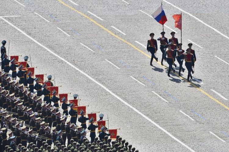 Đội hình cận vệ rước cờ danh dự mở đầu cuộc diễu binh tại Quảng trường Đỏ(Nguồn: Reuters)