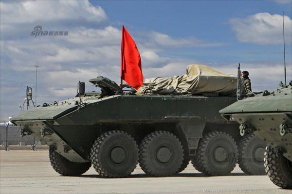 Thiết kế của Bumerang hầm hố hơn so với dòng BTR. Do động cơ bố trí phía trước nên binh lính lên xuống xe từ cửa phía sau. Điều này đã khắc phục nhược điểm cố hữu trên dòng BTR.