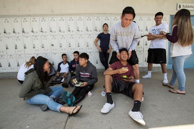 """Các học sinh gốc Việt vẫn thường sử dụng các câu đơn giản trong tiếng mẹ đẻ như """"Bạn khỏe không?"""" , """"Sao bạn...?"""" trong giao tiếp hàng ngày."""