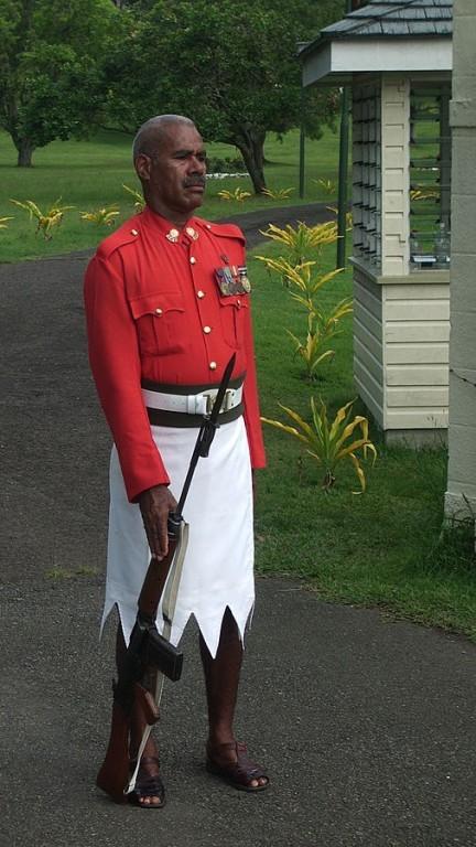 Những người lính canh gác mộ của tổng thống Fiji (một hòn đảo thuộc địa của Anh ở Châu Đại Dương) có trang phục truyền thống là váy viền răng cưa và áo đỏ. Trang phục kỳ lạ này khiến du khách tò mò.